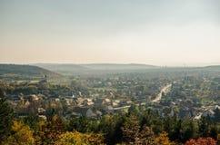 Herbstlandschaft eines europäischen Dorfs von oben stockfotografie