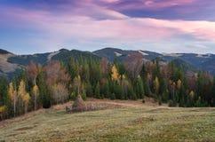 Herbstlandschaft im Bergdorf Lizenzfreie Stockfotografie