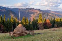 Herbstlandschaft im Bergdorf Lizenzfreies Stockbild