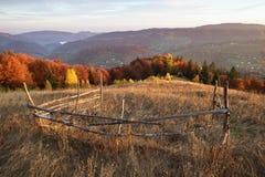 Herbstlandschaft im Bergdorf Stockfotografie