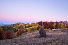 Herbstlandschaft im Bergdorf Lizenzfreies Stockfoto