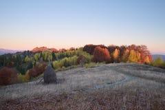 Herbstlandschaft im Bergdorf Stockbild