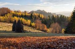 Herbstlandschaft im Bergdorf Stockfotos