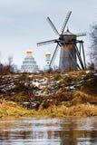 Herbstlandschaft mit alter hölzerner Windmühle Stockfoto