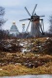 Herbstlandschaft mit alter hölzerner Windmühle Lizenzfreie Stockbilder