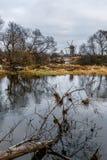 Herbstlandschaft mit alter hölzerner Windmühle Stockfotos