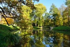 Herbstlandschaft mit Brücke in Pushkin, Lizenzfreie Stockfotos