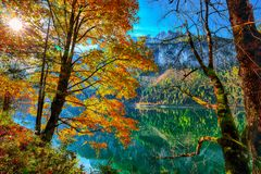 Herbstlandschaft mit dem Dachstein-Gebirgsgipfel, der in den crys sich reflektiert lizenzfreies stockbild