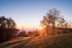 Herbstlandschaft mit dem Sonnenuntergang im Bergdorf Stockbild