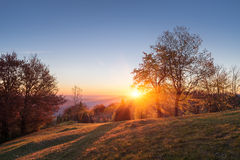 Herbstlandschaft mit dem Sonnenuntergang im Bergdorf Lizenzfreies Stockbild