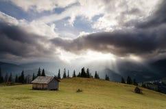 Herbstlandschaft mit drastischem Himmel und Sonne strahlt aus Lizenzfreie Stockfotos