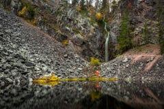 Herbstlandschaft mit eaterfall von Lappland, Finnland, Isokuru, Lizenzfreie Stockfotografie