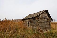Herbstlandschaft mit einem einsamen alten verfallenen Holzhaus stockfotografie