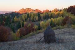 Herbstlandschaft mit einem Heuschober in den Bergen Lizenzfreie Stockbilder