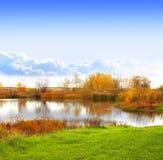Herbstlandschaft mit einem See lizenzfreie stockbilder