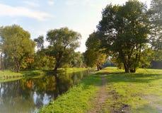 Herbstlandschaft mit einem Teich und einem Weg im Park Peterhof Lizenzfreies Stockfoto