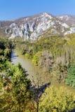Herbstlandschaft mit Felsen und Fluss von oben Stockfoto