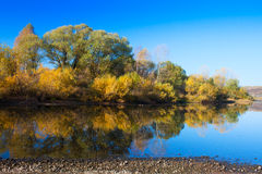 Herbstlandschaft mit Fluss Stockfotos