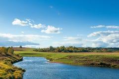 Herbstlandschaft mit Fluss auf Vordergrund Stockbilder