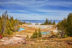 Herbstlandschaft mit heißen Quellen und Geysiren in Yellowstone national Stockfotografie