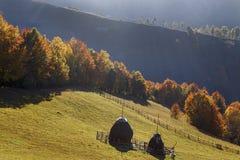 Herbstlandschaft mit Heu in der Wiese im Karpatenbergdorf Lizenzfreie Stockfotos