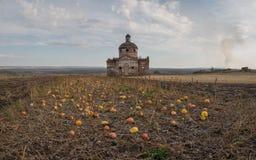 Herbstlandschaft mit Kürbisen und alter Kirche lizenzfreies stockfoto