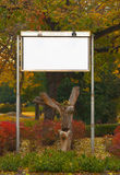 Herbstlandschaft mit leerer Anschlagtafel Lizenzfreies Stockbild