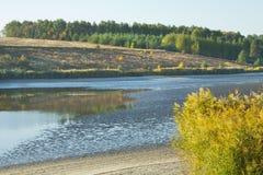 Herbstlandschaft mit Morgensee lizenzfreies stockfoto