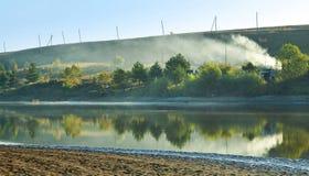 Herbstlandschaft mit Morgensee lizenzfreie stockfotos
