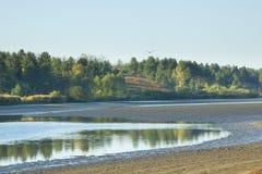 Herbstlandschaft mit Morgensee stockfotos