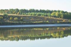 Herbstlandschaft mit Morgensee stockfotografie