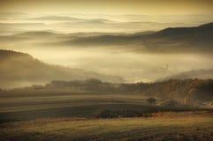 Herbstlandschaft mit Nebel auf einem Oktober-Morgen Stockbilder