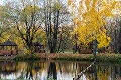 Herbstlandschaft mit Pavillons lizenzfreies stockfoto
