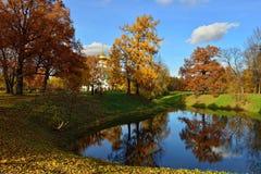 Herbstlandschaft mit Teich in Pushkin, Stockfotos