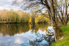 Herbstlandschaft mit Wasser stockfoto