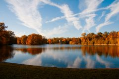 Herbstlandschaft an Nymphemburg-Park stockfotografie