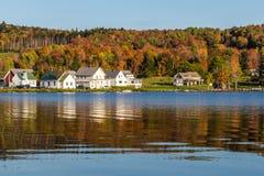 Herbstlandschaft und -kabinen auf See stützen im Elmore-Nationalpark unter Lizenzfreies Stockfoto