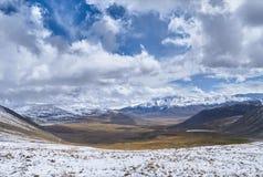 Herbstlandschaft von Altai Sonnenuntergang in der Steppe, schöner Abendhimmel mit Wolken, Plato Ukok, niemand herum, Altai, Sibir Stockbilder