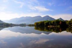 Herbstlandschaft von einem See lizenzfreie stockbilder
