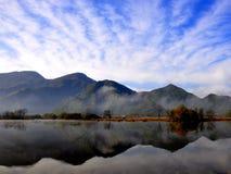 Herbstlandschaft von einem See Stockbilder