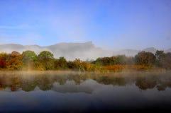 Herbstlandschaft von einem See lizenzfreies stockfoto
