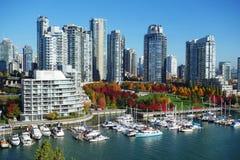 Herbstlandschaft von False Creek in Vancouver-Stadtzentrum stockfoto