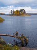 Herbstlandschaft von Fluss und von hellen Bäumen lizenzfreie stockbilder