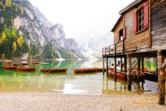 Herbstlandschaft von See Braies in den Dolomiten stockfotografie