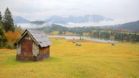 Herbstlandschaft von See Geroldsee an einem nebeligen Morgen Lizenzfreies Stockfoto