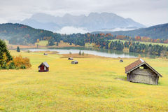 Herbstlandschaft von See Geroldsee mit Karwendel-Bergen im Hintergrund Lizenzfreie Stockfotos