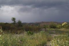 Herbstlandschaft vor dem Sturm stockfotos