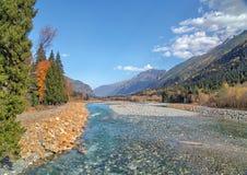 Herbstlandschafts-Gebirgsfluss russischer Nord-Kaukasus Lizenzfreie Stockfotos