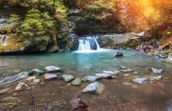 Herbstlandschaftsgebirgsfluss mit kleinem Wasserfall und Stromschnellen Lizenzfreies Stockbild