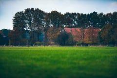 Herbstlandschaftslandschaft mit Bauernhof Stockbilder